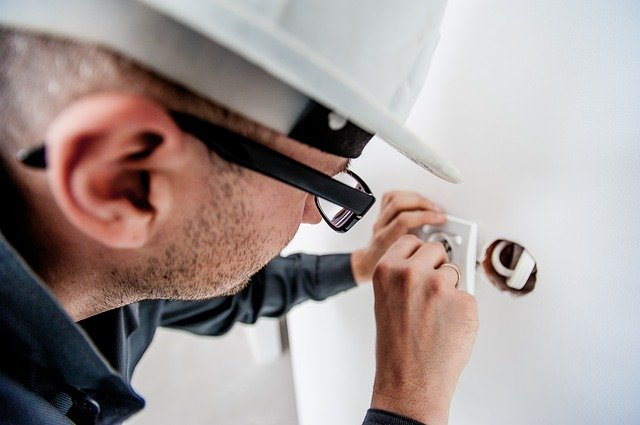 What is the Difference Between Bonded, Licensed Electricians?